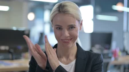 感謝の気持ち : Portrait of Cheerful Businesswoman Clapping with Hands 動画素材