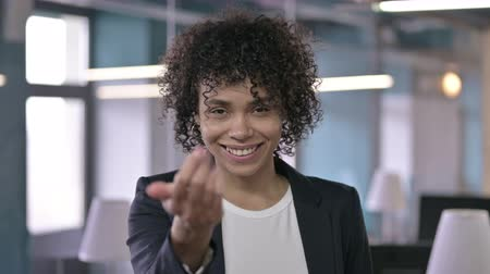 biznesmen : Portrait of Cheerful Businesswoman Pointing Finger at Camera and Inviting