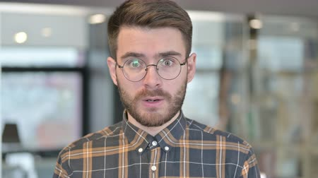 porażka : Portrait of Shocked Young Designer in Awe at Work Wideo