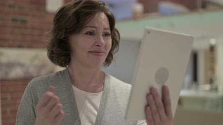 choque : Portrait of Old Woman Reacting to Loss on Tablet Stock Footage