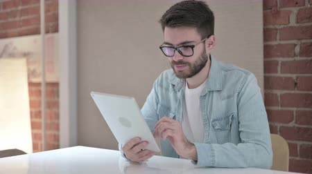 a böngésző : Professional Young Male Designer using Tablet in Office Stock mozgókép