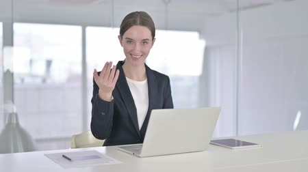 só as mulheres jovens : Attractive Businesswoman Pointing at the Camera and Inviting Vídeos