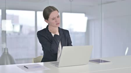 ortopedia : Hardworking Young Businesswoman having Neck Pain in Office