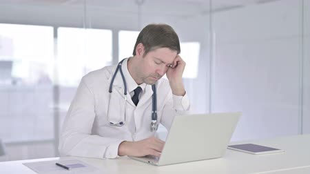 adversidade : Sleepy Middle Aged Doctor taking Nap in Office Stock Footage