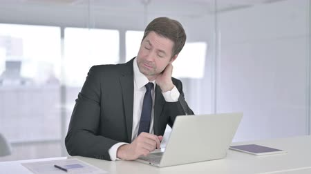 ortopedia : Hardworking Middle Aged Businessman having Neck Pain Wideo