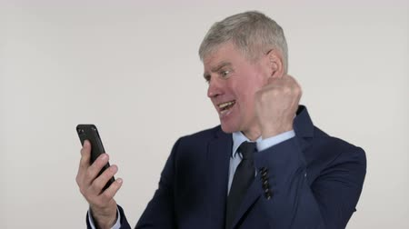 a böngésző : Shocked Senior Businessman Reacting to Loss on Smartphone, White Background