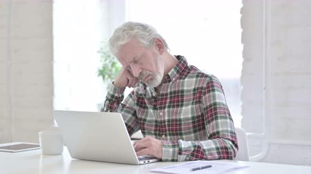 adversidade : Tired Casual Old Man taking Nap in Office Stock Footage