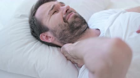 ortopedia : Sleeping Beard Young Man having Neck Pain in Bed Wideo