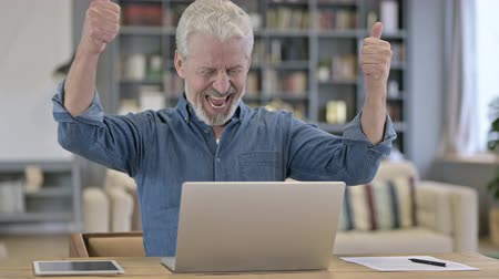 честолюбивый : Ambitious Senior Old Man Celebrating Success on Laptop