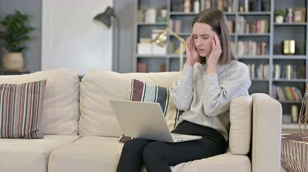 irritatie : Young Woman working on Laptop and having Headache in Office Stockvideo
