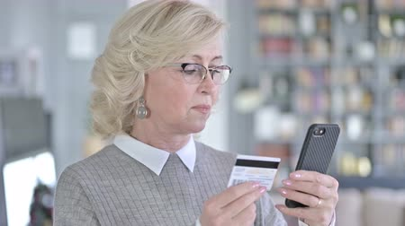 pouze ženy : Portrait of Old Woman making Online Payment on Smartphone