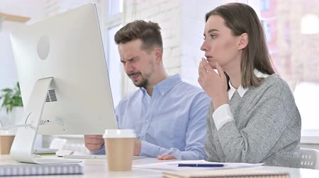 шок : Shocked Creative Team Reacting to Failure on Desktop in Office