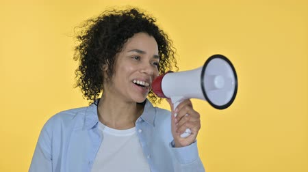 gritar : Portrait of Casual African Woman making Announcement on Loudspeaker