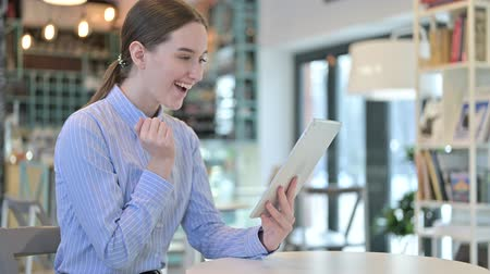 torcendo : Young Businesswoman Celebrating on Tablet in Cafe, Success
