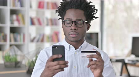 etnia africano : African Man making Credit Card Payment on Smartphone