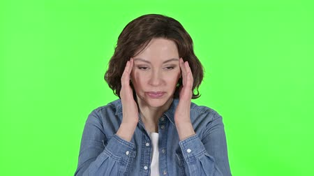 片頭痛 : Old Woman Having Headache on Green Chroma Key Background