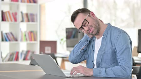 ortopedia : Young Man in Glasses having Neck Pain at Work Wideo