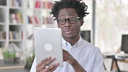 distante : Online Video Chat by African Man on Tablet