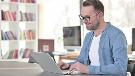 distante : Online Video Chat on Laptop by Young Man in Glasses Stock Footage