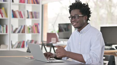 polegares : Thumbs Up by African Man Working on Laptop