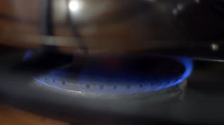 fogão : HD gas stove going fire