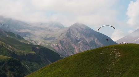 szybowiec : 4K Paragliders fly over amazing mountain range, Georgia, Caucasus mountains Wideo