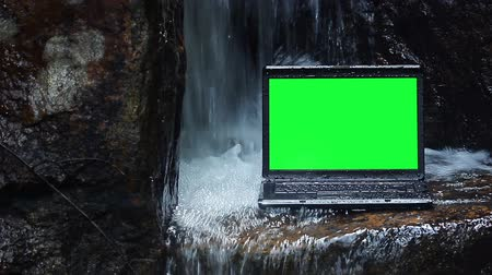 vodotěsný : Laptop with green screen under waterfalling