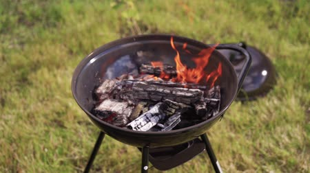 špejle : Backyard charcoal barbecue grill is flaming in slow motion Dostupné videozáznamy