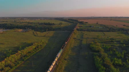 Vista aérea del tren al atardecer Archivo de Video