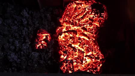расплавленный : Melted steel in a foundry, red color is a reflection of the molten metal