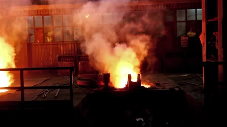 fornalha : Worker operates in blast furnace workshop of metallurgical plant, too hot and smoky working environment. Vídeos