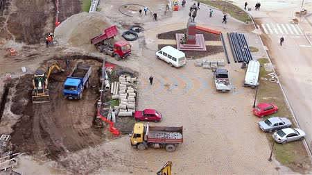 site : Aerial view of a construction site with workers and machinery