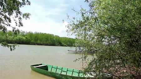 bóia : Empty ferry boat crossing the river. People are moving manual ferry boat across the river. Vídeos