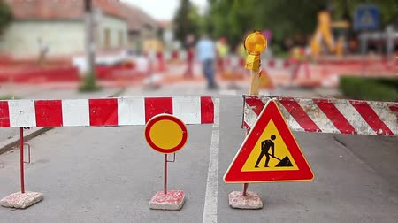útjelzés : Street is under construction. Multiple warning signs indicating street closed, do not enter in a construction zone.