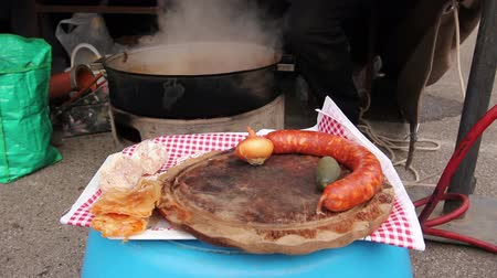 simmer : Homemade raw sausage is on wooden plate ready for barbecue. Fresh and uncooked juicy sausage is waiting on wooden plate to be cooked on barbecue plate. Stock Footage