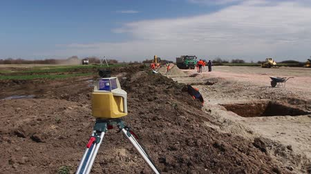 aparelho : Total center device with laser for leveling other devices to level construction site.