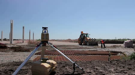 aparelho : Total center device with laser for leveling other devices to level construction site. Photo - JPEG video codec