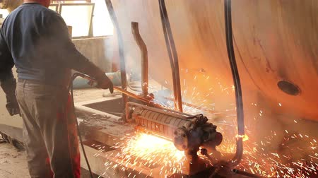 rozsdásodás : Worker is cutting manually old, scrap, metal construction using gas mixture of oxygen and acetylene, propane.Photo - JPEG video codec