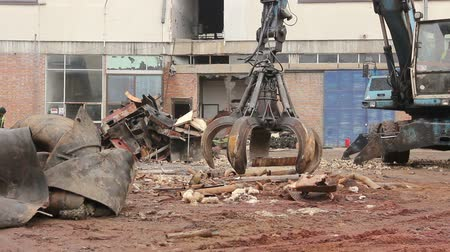 rozsdásodás : View on machine, loader manipulator with hydraulic grappling claw until is collecting, moving old steel, scrap metal. Photo - JPEG video codec Stock mozgókép