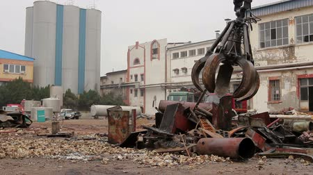 coletando : View on loader manipulator with hydraulic grappling claw until is collecting, moving old steel, scrap metal. Photo - JPEG video codec Stock Footage