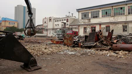 coletando : View on machine, loader manipulator with hydraulic grappling claw until is collecting, moving old steel, scrap metal. Photo - JPEG video codec Stock Footage