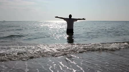 vychovávat : Man is standing barefoot in shallow sea water, enjoying in vacation. Photo - JPEG video codec Dostupné videozáznamy