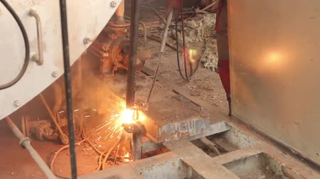 cortador : Worker is cutting manually old, scrap, metal construction using gas mixture of oxygen and acetylene, propane. H.264 video codec
