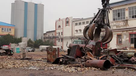grapple : View on machine, loader manipulator with hydraulic grappling claw until is collecting, moving old steel, scrap metal. H.264 video codec Stock Footage