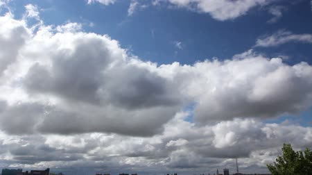 лазурный : Accelerated view on fast passing clouds above cityscape.  Accelerated view, time lapse of fast clouds over blue sky, cumulus cloudscape.Photo - JPEG video codec