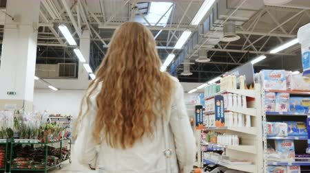críquete : Woman shopping at the supermarket, follow a shot of a woman with a trolley in shopping center, Stock Footage
