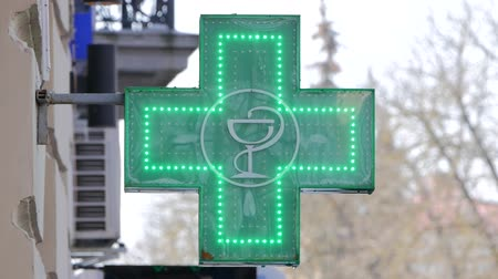 dispanser : EUROPEAN PHARMACY SIGN: The green cross, often animated, is a symbol found in many countries in Europe Stok Video