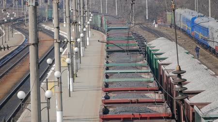 vagão : Aerial view UHD 4K of freight train with wagons and standing train with coal