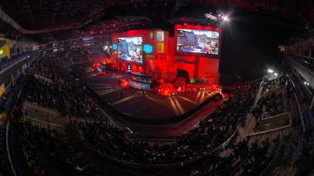 стример : MOSCOW, RUSSIA - OCTOBER 27 2018: EPICENTER Counter Strike: Global Offensive esports event. Main stage, lightning, illumination, big screen with a game moments on it. Stage pulse with a red light. Стоковые видеозаписи