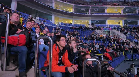 MOSCOW, RUSSIA - OCTOBER 27 2018: EPICENTER Counter Strike: Global Offensive esports event. Observing the arena with fans, players booths, big screens. Panning view Stok Video
